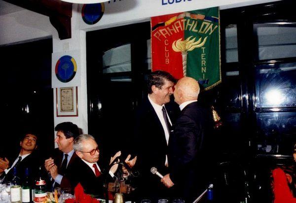 Lamberto Benvenuti omaggia con un dono il socio fondatore Aristide Proietti