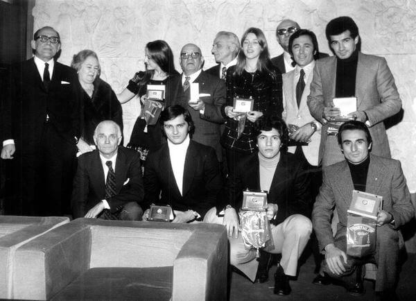 Rodolfo Latini con un gruppo di premiati