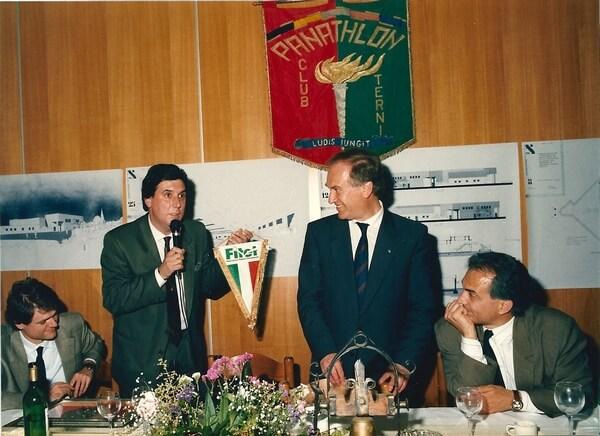 Stefano Bosi consegna un gagliardetto a Ciommei